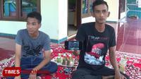 Syaiful Thoriq saat menunjukkan foto almarhum ayahnya Zaini Misrin. (FOTO: Doni Heriyanto/TIMES Indonesia)