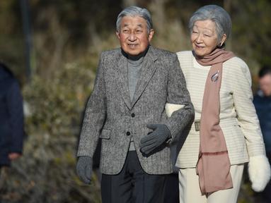 Kaisar Jepang Akihito dan Permaisuri Michiko berjalan-jalan di pantai dekat Hayama Imperial Villa, Prefektur Kanagawa, Senin (21/1). Akihito akan turun takhta pada akhir April 2019 mendatang, mengakhiri pemerintahan selama tiga dekade. (Kazuhiro NOGI/AFP)