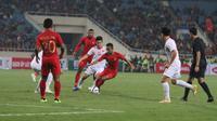 Pemain Timnas Indonesia U-23, Sani Rizki Fauzi, berusaha melepaskan diri dari kepungan pemain Vietnam dalam laga kedua Grup K Kualifikasi Piala AFC U-23 2020 di Stadion My Dinh, Hanoi, Vietnam, Minggu (24/3/2019). (PSSI)