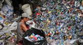 Warga memilah sampah plastik di permukiman liar di kawasan Bypass, Pramuka, Jakarta Timur, Rabu (21/2). Lahan seluas 9.820 meter persegi milik Pemprov DKI tersebut rencananya akan dibangun kantor pemadam kebakaran. (Liputan6.com/Faizal Fanani)