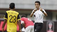 Wasit Thoriq Alkatiri saat memimpin pertandingan Bhayangkara FC melawan Semen Padang pada laga Piala Presiden 2019 di Stadion Patriot, Jawa Barat, Minggu (3/3). Thoriq adalah salah satu wasit Indonesia yang berlisensi FIFA. (Bola.com/M Iqbal Ichsan)