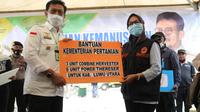 Mentan Syahrul Yasin Limpo meninjau lokasi dan menyerahkan bantuan di lokasi terdampak banjir bandang yang menerjang wilayah Kecamatan Masamba, Kabupaten Luwu Utara, provinsi Sulawesi Selatan.