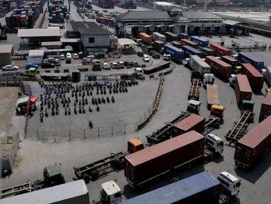 Truk peti kemas tertahan di gerbang pintu masuk JICT, Tanjung Priok, Jakarta, Selasa (28/7/2015). Kegiatan distribusi barang dan peti kemas dari dan ke pelabuhan lumpuh akibat aksi mogok pekerja JICT. (Liputan6.com/JohanTallo)