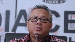 Ketua KPU RI, Arief Budiman menyampaikan keterangan terkait putusan PTUN yang memenangkan gugatan PKPI di gedung KPU, Jakarta, Kamis (12/4). Selain melaksanakan putusan PTUN, KPU akan berkonsultasi dengan Komisi Yudisial. (Liputan6.com/Helmi Fithriansyah)