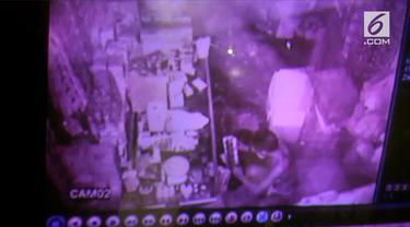 Seorang pencuri melakukan aksinya dengan telanjang dan gunakan jimat. Namun aksinya terekam CCTV hingga memudahkan polisi untuk menangkap.