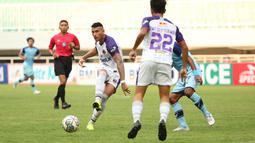 Menit ke-14, Persita melalui Alex Goncalves nyaris mencetak gol namun sontekannya memanfaatkan umpan Cardozo masih melebar. (Bola.com/Ikhwan Yanuar)
