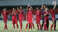 Pemain Timnas Indonesia U-19 memberi salam pada suporter usai laga uji coba melawan PSS Sleman di Stadion Maguwohardjo, Sleman, Sabtu (12/8). Laga berakhir imbang 2-2. (Liputan6.com/Helmi Fithriansyah)