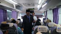 Dubes Indonesia untuk Arab Saudi Agus Maftuh berbincang dengan jemaah haji Indonesia yang akan menuju hotel. Foto: Darmawan/MCH