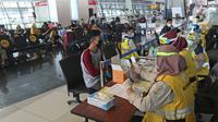 Petugas medis dari Kantor Kesehatan Pelabuhan (KKP) Kelas 1 Soekarno Hatta melakukan rapid test (tes cepat) COVID-19 calon penumpang sebelum melakukan penerbangan di Terminal 3 Bandara Soekarno Hatta, Tangerang, Banten, Kamis (7/5/2020). (Liputan6.com/Herman Zakharia)