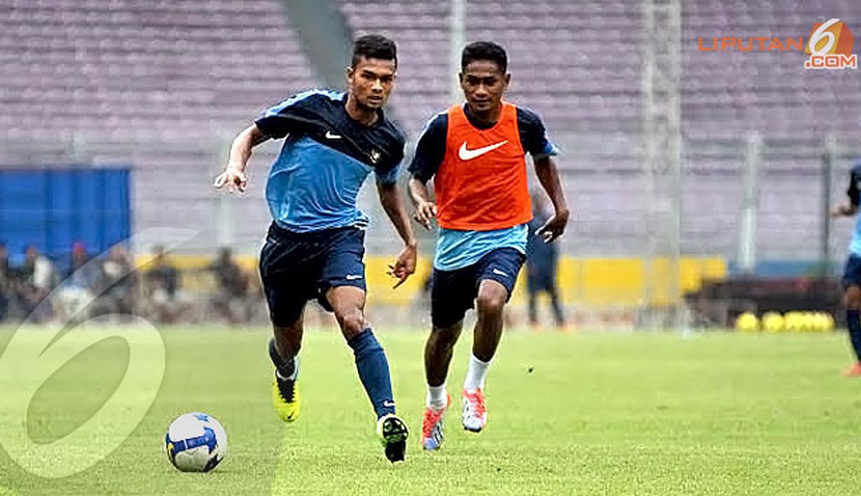 Syahrizal (kiri) berusaha mempertahankan bola dari kejaran Rizki Ramdani Lestaluhu dalam sesi latihan akhir jelang Sea Games 2013 Myanmar (Liputan6.com/Helmi Fithriansyah)
