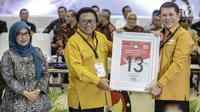 Ketua Umum Partai Hanura Oesman Sapta Odang (tengah) mendapatkan nomor 13 sebagai peserta pemilu 2019 saat pengundian nomor urut parpol di kantor KPU, Jakarta, Minggu (19/2). (Liputan6.com/Faizal Fanani)