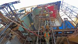 Para pekerja memperbaiki bangunan yang rusak akibat ledakan di Beirut, Lebanon, 29 Agustus 2020. Jumlah korban tewas akibat ledakan tersebut mencapai 190 orang sedangkan korban luka melampaui 6.500, dengan tiga orang masih dinyatakan hilang. (Xinhua/Bilal Jawich)