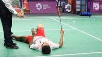 Kondisi kaki tunggal putra Indonesia, Anthony Ginting yang memburuk dan tidak bisa melanjutkan pertandingan melawan pemain China, Shi Yuqi pada final Bulutangkis Beregu Putra Asian Games 2018 di Jakarta, Rabu (22/8).  (Liputan6.com/Helmi Fithriansyah)