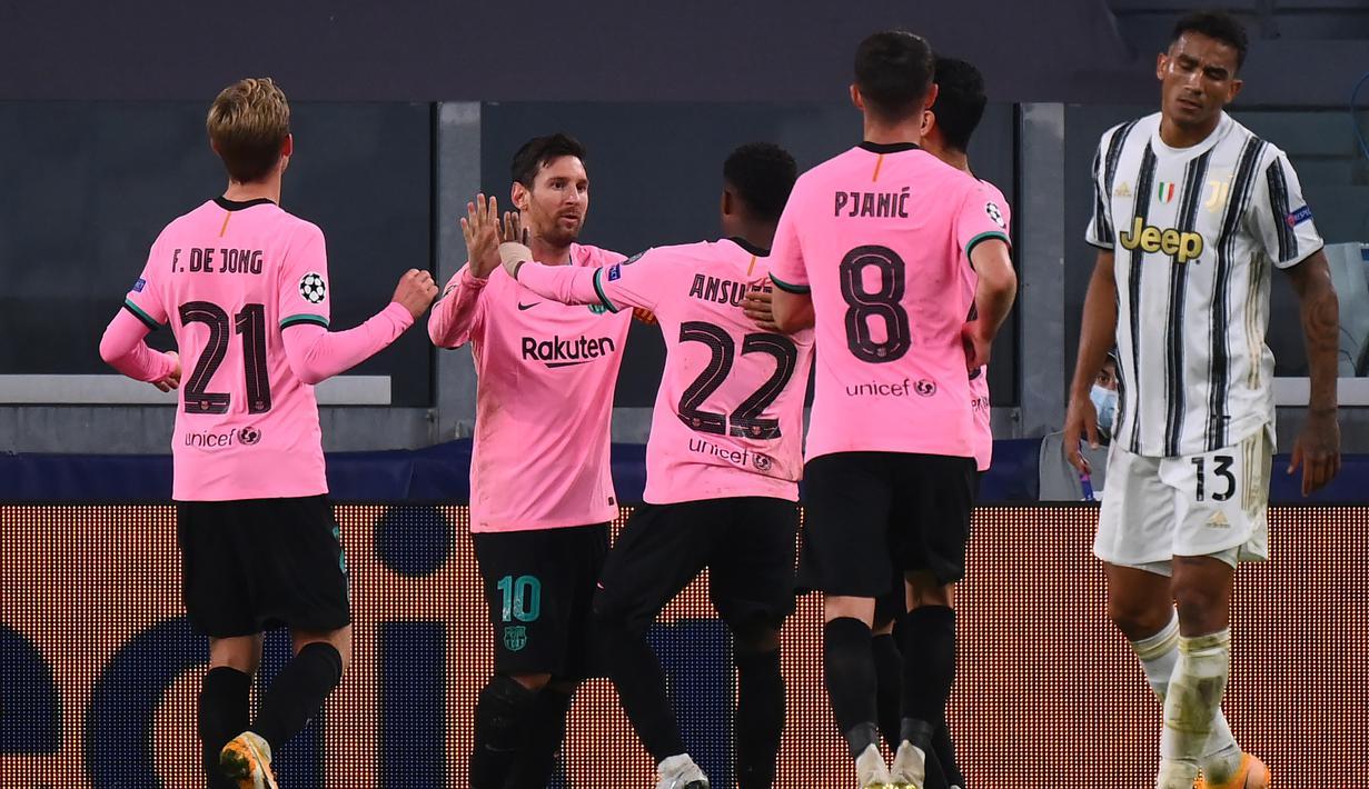 Pemain Barcelona merayakan gol yang dicetak Lionel Messi ke gawang Juventus pada laga lanjutan Liga Champions 2020/2021 di Allianz Stadium, Kamis (29/10/2020) dini hari WIB. Barcelona menang 2-0 atas Juventus. (AFP/Marco Bertorello)
