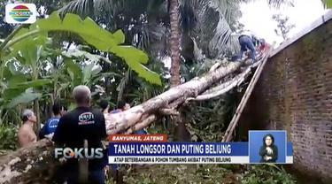 Sebagian rumah warga di Banyumas, Jawa Tengah, rata dengan tanah akibat tanah longsor dan tanah bergerak.
