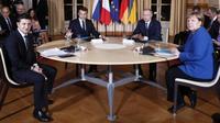 (Kiri ke kanan) - Volodymyr Zelensky dari Ukraina, Emmanuel Macron dari Prancis, Vladimir Putin dari Rusia dan Angela Merkel dari Jerman di Elysee Palace di Paris. (Liputan6/BBC/EPA)