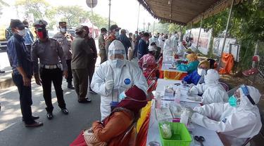 Pemeriksaan antigen di Jembatan Suramadu. (Dian Kurniawan/Liputan6.com)