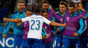 Gelandang Italia, Emanuele Giaccherini melakukan selebrasi bersama rekannya usai mencetak gol kegawang Belgia pada pertandingan grup E Piala Eropa di Stade de Lyon, Prancis, (14/6). Italia menang atas Belgia dengan skor 2-0. (REUTERS/Kai Pfaffenbach)