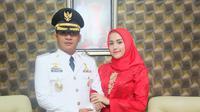 Sigit Purnomo Syamsuddin Said alias Pasha Ungu bersama sang istri, Adelia Pasha. (Instagram - @adeliapasha)