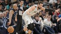 Pemain San Antonio Spurs, Marco Belinelli mencoba mengawal bintang Memphis Grizzleis, Jevon Carter di ajang NBA, Minggu (6/1/2018). (AP Photo/Darren Abate)