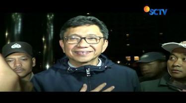 Wakil Ketua KPK tunjukkan sejumlah barang bukti saat jumpa pers OTT Walikota Batu, Eddy Rumpoko.