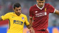 Bek Liverpool Dominic Solanke berebut bola dengan pemain Atletico Madrid, Augusto pada final Audy Cup di Munchen, (2/8). Atletico menang 5-4 atas Liverpool lewat adu penalti setelah bermain imbang 1-1. (AFP Photo/Christof Stache)