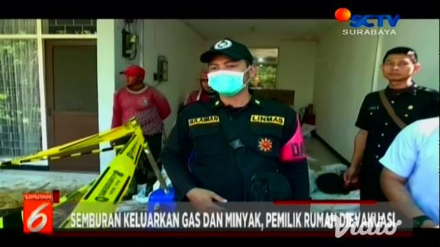 Semburan lumpur di rumah salah seorang warga di Surabaya sampai Selasa siang masih keluar. Petugas dari Perusahaan Gas Negara (PGN), memeriksa di titik semburan lumpur dan menghimbau warga tidak menyalakan rokok atau api di radius 100 meter karena be...