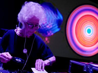 DJ Wika Szmyt memainkan musik di sebuah klub di Warsawa, Polandia, Senin (25/3). DJ Wika Szmyt menjadi salah satu DJ tertua di dunia. (REUTERS/Kacper Pempel)