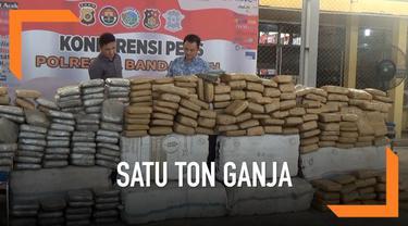 Polisi gagalkan penyelundupan satu ton ganja kering yang akan dibawa ke Jakarta. Barang haram tersebut dibawa dalam truk tronton. Tiga tersangka ditangkap saat proses operasi.