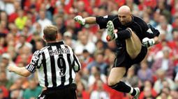 Fabien Barthez. Kiper yang telah pensiun ini didatangkan Manchester United dari AS Monaco pada tengah musim 2000/2001 dengan mahar 11,7 juta euro atau setara Rp.192 miliar. Total 3,5 musim, ia tampil dalam 139 laga dengan torehan 50 kali clean sheet dan kebobolan 136 gol. (AFP/Robin Parker)