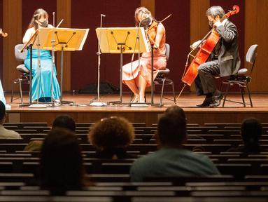 Para anggota Singapore Symphony Orchestra tampil dalam konser langsung pertama sejak diterapkannya upaya pencegahan terhadap COVID-19 mulai 7 April 2020 lalu, di Victoria Concert Hall di Singapura pada 8 Oktober 2020. Konser langsung tersebut dihadiri oleh 50 orang. (Xinhua/Then Chih Wey)