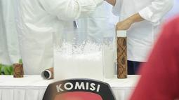 Calon Presiden Joko Widodo dan Prabowo Subianto bersalama usai pengundian nomor urut Pemilu 2019 di Kantor KPU, Jakarta, Jumat (21/9). Pasangan Jokowi-Ma'ruf mendapatkan nomor urut 01 dan Prabowo -Sandiaga nomor urut 02. (Liputan6.com/Faizal Fanani)