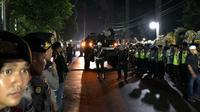 Dua kendaraan lapis baja Anoa melintas di kediaman Presiden keenam RI SBY, di Puri Cikeas, Jawa Barat, jelang kedatangan jenazah Ani Yudhoyono. (Liputan6.com/Putu Merta Surya Putra)