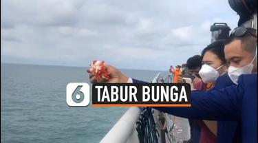 Keluarga korban Sriwijaya Air SJ 182 melakukan tabur bunga di lokasi jatuhnya pesawat di perairan Pulau Laki, Kepulauan Seribu pada Jumat (22/1) siang.