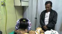 Lina, mencium wajah calon pengantin AS, yang tewas dibunuh tetangganya sendiri di Palembang (Liputan6.com / Nefri Inge)