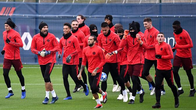 Para pemain Paris Saint-Germain (PSG) mengikuti sesi latihan jelang laga Liga Champions di Paris, Selasa (27/11). PSG akan berhadapan dengan Liverpool. (AFP/Franck Fife)