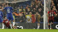 Gelandang Chelsea, Willian, mencetak gol ke gawang Bournemouth pada pertandingan perempat final Piala Liga Inggris, di Stamford Bridge, Kamis (21/12/2017) dini hari WIB. (AP/Alastair Grant).