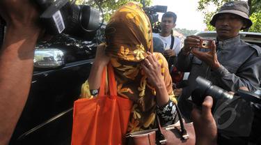 Istri Sylvester Obiekwe Nwolise, Fatimah datangi dermaga wijayapura Cilacap, Jawa Tengah, Jumat (6/3/2015). (Liputan6.com/Johan Tallo)