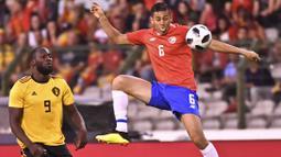 Pemain Kosta Rika, Oscar Duarte mengontrol bola dari kejaran pemain Belgia, Romelu Lukaku pada laga uji coba di King Baudouin stadium, Brussels, (11/6/2018). Belgia menang 4-1. (AP/Geert Vanden Wijngaert)