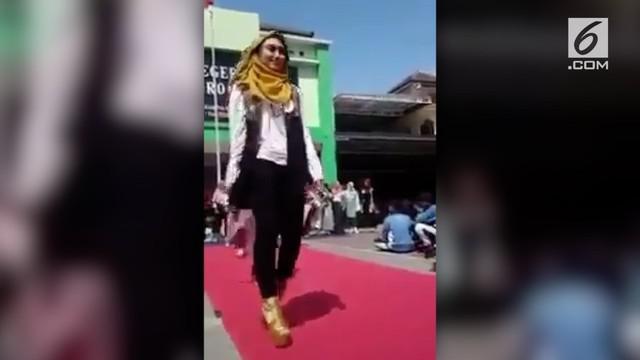 Kejadian tak terduga terjadi saat sebuah pertunjukkan fesyen di sekolah. Salah satu peserta terjatuh bahkan pingsan.