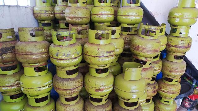 Nampak tumpukan gas LPG 3 kg di salah satu pangkalan gas di Garut, Jawa Barat. Pertamina memastikan pasokan gas bersubsidi cukup tersedia selama ramadan berlangsung tahun ini.