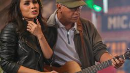 Vokalis Geisha, Momo dan Iwan Fals saat proses syuting pembuatan video klip lagu 'Kemesraan' di Jakarta, Selasa (19/1). Iwan Fals menggaet sederet vokalis grup band populer Tanah Air dalam album terbarunya 'SATU'.  (Liputan6.com/Faizal Fanani)