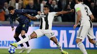 Bek Juventus, Alex Sandro, berebut bola dengan gelandang Manchester United, Jesse Lingard, pada laga Liga Champions di Stadion Allianz, Turin, Rabu (7/11). Juventus kalah 1-2 dari MU. (AFP/Marco Bertorello)