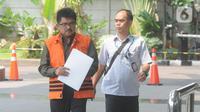 Kepala Kantor Pelayanan Pajak Penanaman Modal Asing Tiga Kanwil Jakarta Khusus Yul Dirga (kiri) saat tiba di Gedung KPK, Jakarta, Kamis (26/12/2019). Yul diperiksa sebagai tersangka dalam kasus dugaan suap pemeriksaan atas restitusi pajak PT WAE tahun pajak 2015 dan 2016. (merdeka.com/Dwi Narwoko)