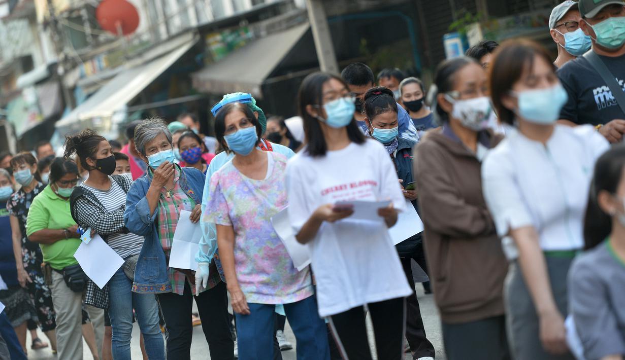 Orang-orang antre untuk menjalani tes COVID-19 di Provinsi Samut Sakhon, Thailand, pada 22 Desember 2020. Jumlah kasus COVID-19 di Thailand terus meningkat pada Selasa (22/12), dengan laporan kenaikan 427 kasus dibandingkan hari sebelumnya. (Xinhua/Rachen Sageamsak)