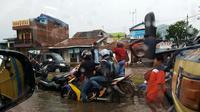 Kawasan Jalan Rancaekek perbatasan Kabupaten Sumedang dan Kabupaten Bandung, Jawa Barat, kembali terendam banjir setelah diguyur hujan deras, Jumat (11/11/2016). (Liputan6.com/Aditya Prakasa)