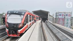 Aktivitas pekerja di Stasiun Light Rail Transit (LRT) Cibubur, Harjamukti, Depok, Minggu (13/10/2019). Progres pembangunan Stasiun LRT Cibubur baru mencapai 60 persen dan ditargetkan rampung serta diuji coba pada November 2019. (merdeka.com/Iqbal S. Nugroho)