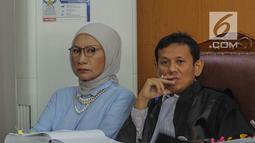 Terdakwa kasus berita hoaks penganiayaan, Ratna Sarumpaet mendengarkan keterangan saksi Ketua Dewan Kehormatan Partai Amanat Nasional (PAN), Amien Rais saat sidang lanjutan di Pengadilan Negeri Jakarta Selatan, Kamis (4/4). Sidang kali ini beragendakan pemeriksaan saksi. (Liputan6.com/Faizal Fanani)