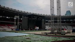 Suasana pembuatan panggung konser Guns N' Roses 'Not In This Time Lifetime Tour' di Stadion GBK, Jakarta, Selasa (6/11). Terlihat sudah hampir seluruh rumput di GBK ditutup dengan papan berbahan akrilik yang tersusun. (Liputan6.com/Faizal Fanani)