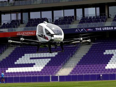 Drone EHang 216 saat uji terbang di Wina, Austria, Kamis (4/4). Taksi terbang ini merupakan penerus dari EHang 184. (REUTERS/Leonhard Foeger)